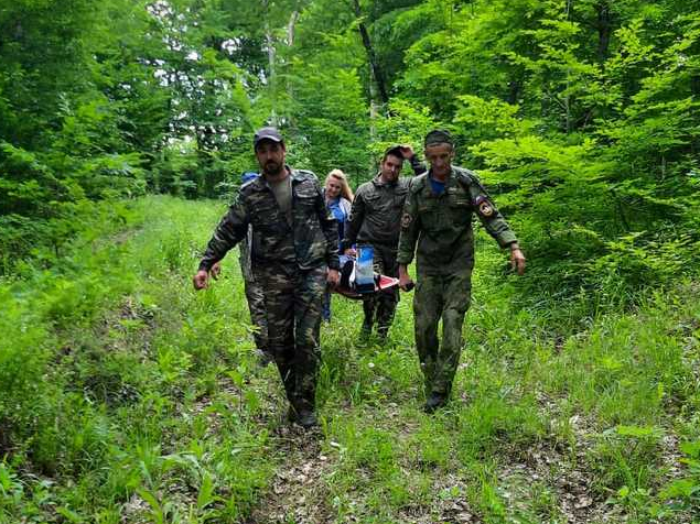 Врачи прошли 4 километра по горам, чтобы спасти женщину, сломавшую ногу