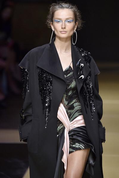 Фото №5 - Плащи Haute Couture и туфли с бантами на парижском показе Versace