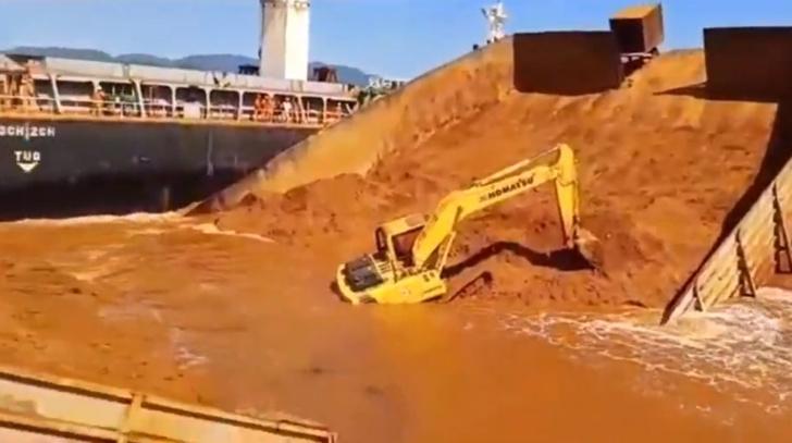 Фото №1 - Баржа с песком и экскаваторами ломается пополам и резко захлопывается (видео)