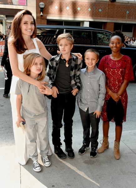 Фото №2 - Смотреть «Русалочку», часто моргать, менять одежду: 7 странных правил, которые Мадонна, Найтли и другие звезды ввели для своих детей