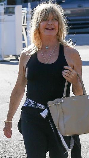 Фото №1 - 73-летняя Голди Хоун вышла на прогулку в лосинах и без макияжа
