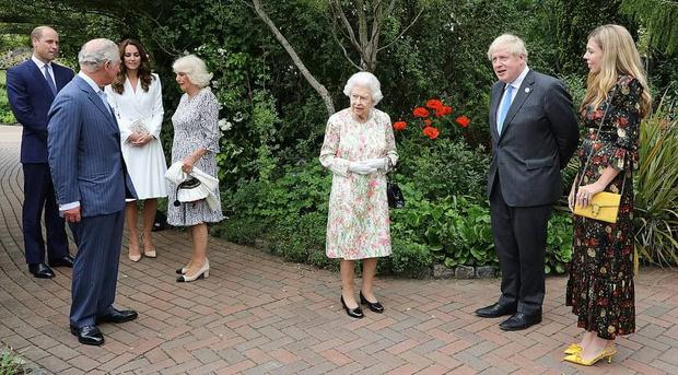Фото №2 - Дамы в цвету: Елизавета II, Кейт и Камилла красиво вышли в свет