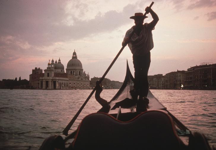 Фото №1 - «Это настоящие бомбы!» В Венеции гондольерам теперь приходится брать на борт меньше пассажиров, потому что туристы разжирели