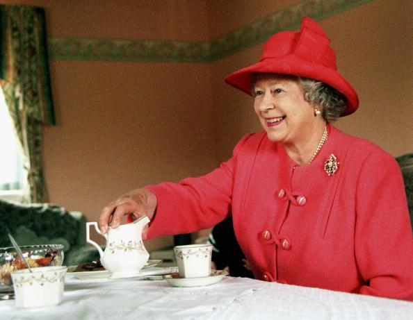 Фото №1 - Почему королева Елизавета II всегда завтракает дважды?