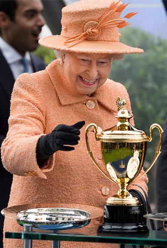 Фото №6 - Делайте ставки, господа: шляпки Королевы на Royal Ascot