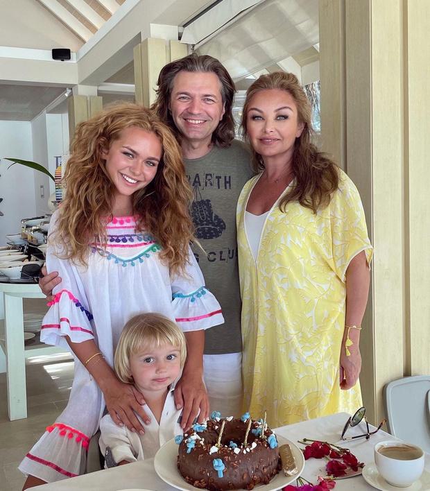 Фото №2 - Подписчики спутали 21-летнюю дочь Маликова с его 58-летней женой