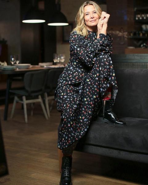 Фото №3 - «У меня было черное платье, а черных туфель не было»: Юлия Высоцкая о первом свидании с Кончаловским, любимой одежде и модных компромиссах