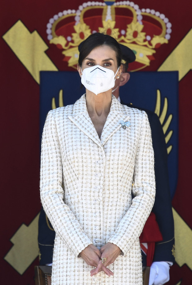 Фото №3 - Величие и грация: королева Летиция в безупречном платье-футляре, которое стройнит