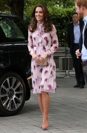 Фото №12 - Цветы, горошек и шифон: где искать летние платья, как у герцогини Кейт