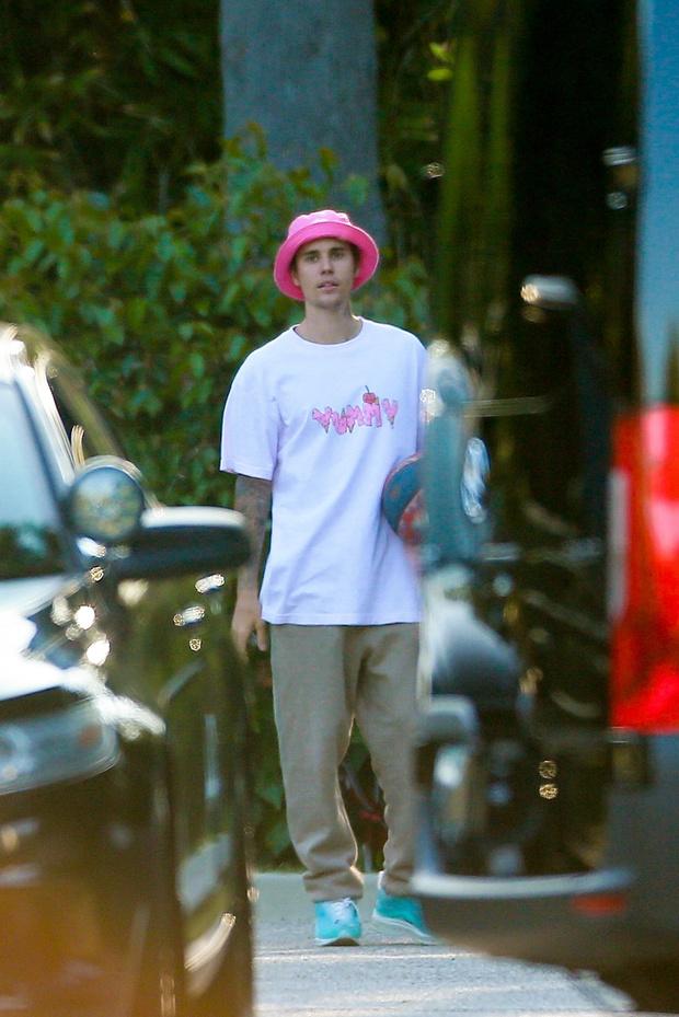 Фото №2 - Мужчинам идет розовый. Доказывает Джастин Бибер в самой модной панаме оттенка жвачки