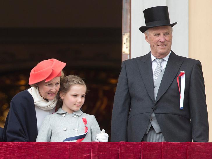 Фото №25 - Самые трогательные фотографии королевских бабушек и дедушек с внуками