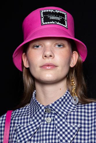 Фото №8 - Шляпы, панамы и кепки: модные головные уборы для лета 2020