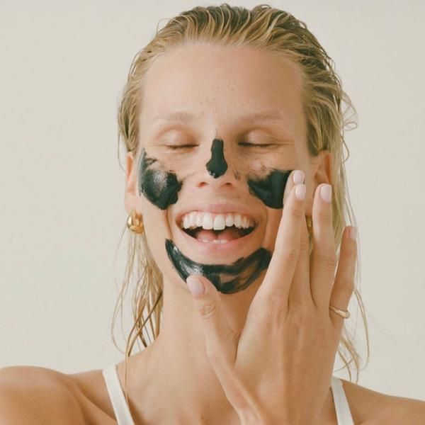 Фото №2 - Что делать, если от макияжа появляются прыщи, и как с этим бороться