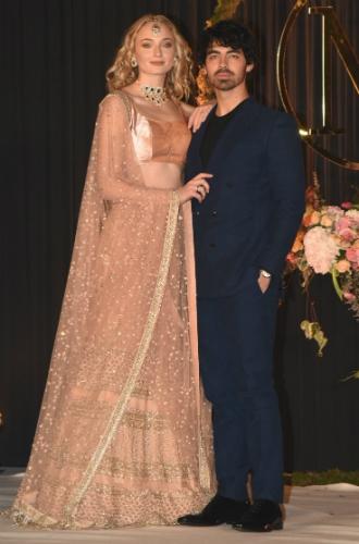 Фото №3 - Почему Софи Тернер не хочет шикарной свадьбы, как у Приянки Чопры