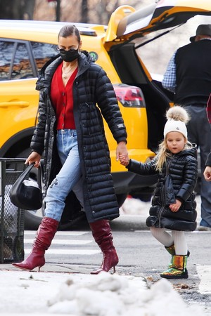 Фото №2 - Double dressing: Ирина Шейк с дочкой выбирают одинаковые стеганые пуховики
