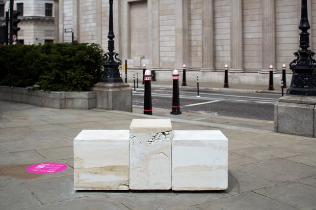 Фото №2 - Дизайнерские скамейки украсили улицы Лондона