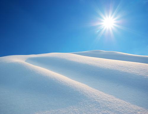 shutterstockОдна снежинка весит всего около миллиграмма. Однако за несколько часов эти миниатюрные шестилучевые звездочки способны покрыть землю внушительным снежным одеялом. Именно оно и обретает колоссальный вес. К концу зимы на Северном полушарии масса снега достигает 13 500 миллиардов тонн, которое составляет 95,2% всего выпавшего снега, Южному достается всего лишь 3,8%. Выпавший снег в планетарном масштабе подобен огромному зеркалу, отражающему 90% лучистой энергии Солнца. Свободное же от снега пространство Земли отражает только 10% энергии. Парадокс, но количество тепла, получаемого Землей от Солнца, напрямую зависит от того, насколько велика площадь выпавшего холодного покрова. <br />&nbsp;