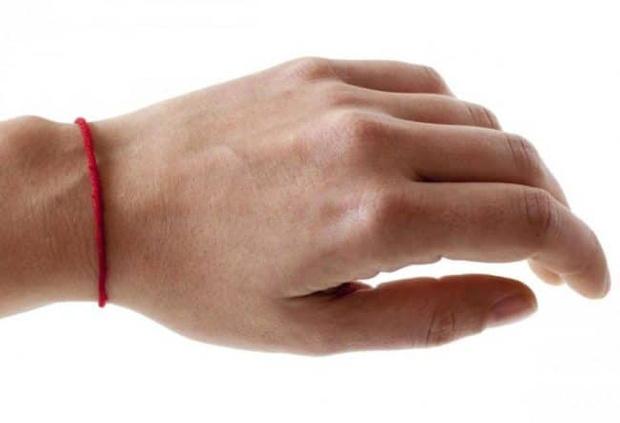 Фото №1 - Красная ниточка: зачем и почему все больше людей носит этот самодельный браслет на руке?