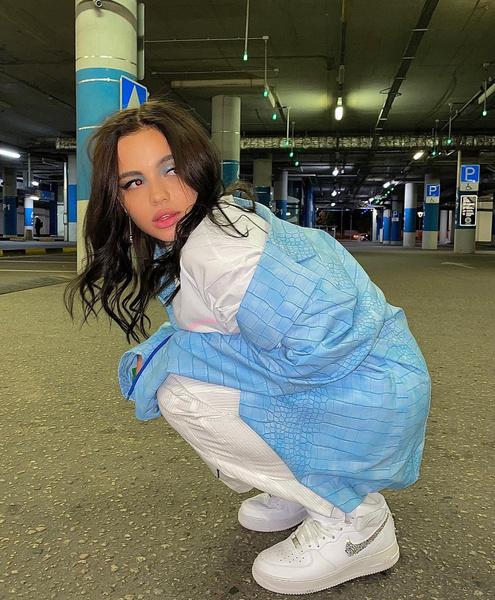 Фото №1 - В стиле 90-х: Валя Карнавал показала модный яркий макияж в голубых оттенках