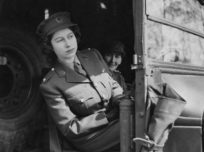 Фото №2 - Крепче за баранку держись, шофер: 90-летняя Елизавета II за рулём