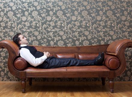 Мужчина, лежащий на кушетке