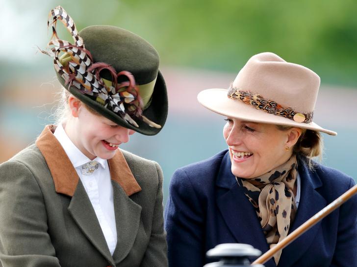 Фото №2 - Сестры по стилю: модные образы, которые Кейт и Софи повторяли друг за другом