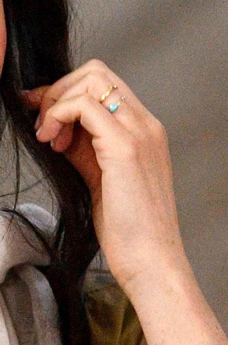 Фото №3 - Почему герцогиня Меган сняла помолвочное кольцо на время тура