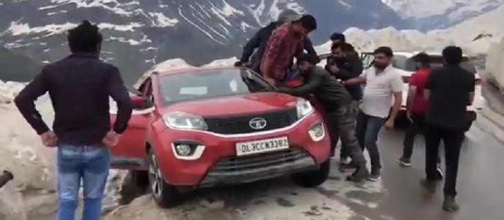 Фото №1 - Коллективный разум спасает внедорожник на горной трассе (видео)