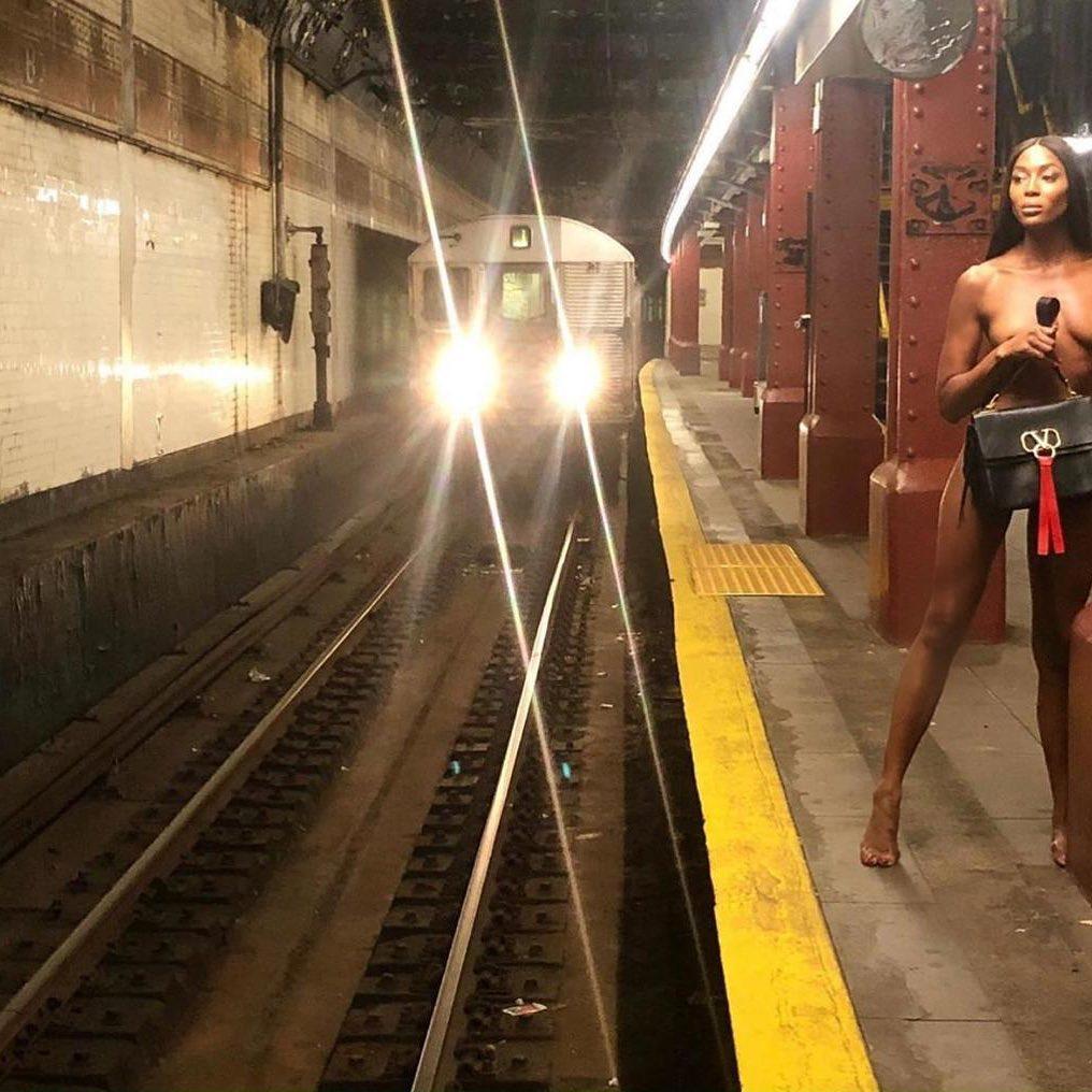 Наоми Кэмпбелл снялась голой в вагоне метро   WDAY