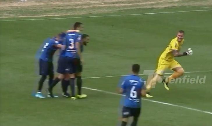 Фото №1 - Невероятный гол вратаря: он открыл счет в матче, забив от своей штрафной (видео)
