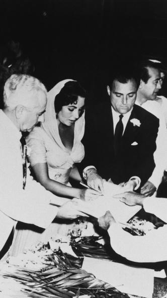Фото №6 - Привычка жениться: 8 свадебных платьев и 7 мужей Элизабет Тейлор