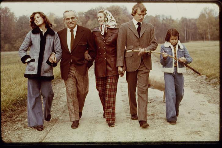 Грейс Келли с мужем и тремя их детьми.