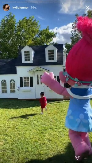 Фото №3 - Крис Дженнер подарила внучке кукольный домик размером с квартиру