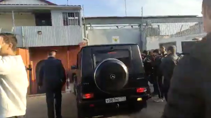 Фото №1 - Во время выхода футболистов из колонии отчим Кокорина наехал на автомобиле на журналиста (видео)