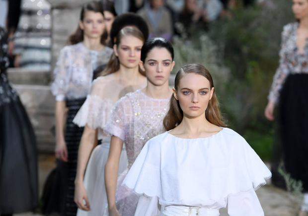 Фото №1 - Детская беспечность в черно-белых тонах: как прошло шоу Chanel Couture
