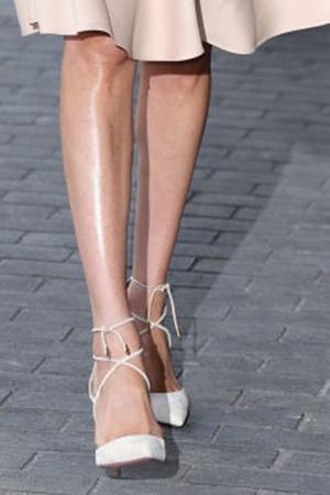 Фото №2 - Ноги, попа, декольте: звезды, которые делают макияж тела
