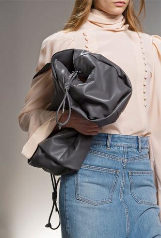 Фото №12 - Объем имеет значение: с чем носить оверсайз-сумки (и где искать самые модные)