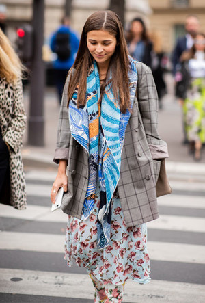Фото №13 - Как носить шелковые платки: 10 самых простых и стильных способов