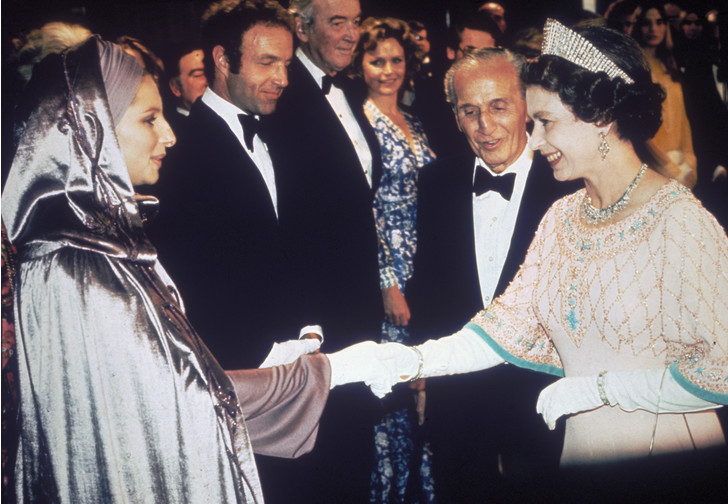 Фото №7 - Как звезды одевались на встречи с Королевой: от гламура Мэрилин Монро до латекса Леди Гаги