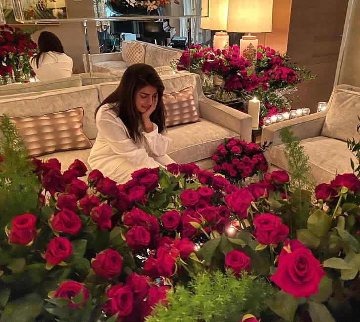 Фото №1 - 1000 и 1 роза: «цветочные» признания в любви для Приянки Чопры, Риз Уизерспун и Николь Шерзингер