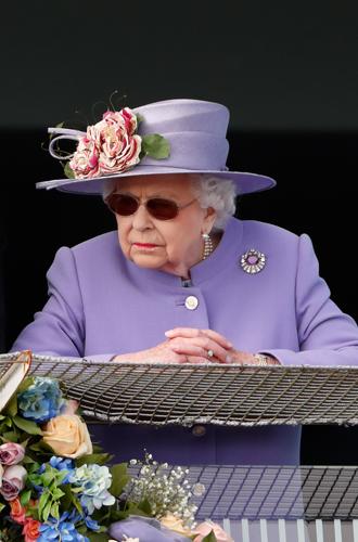 Фото №3 - Зачем Ее Величество надела темные очки