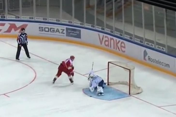 Фото №1 - Самый издевательский буллит нового сезона КХЛ (противоречивое видео)