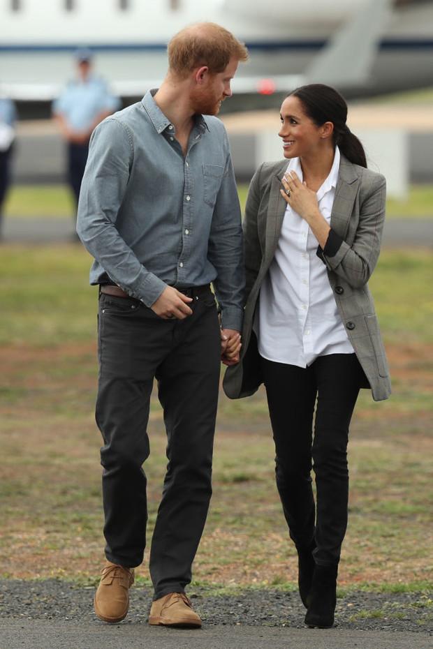 Фото №2 - Королевство белой и голубой рубашки: новое неожиданное появление Меган Маркл и принца Гарри