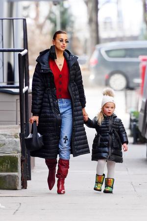 Фото №1 - Double dressing: Ирина Шейк с дочкой выбирают одинаковые стеганые пуховики