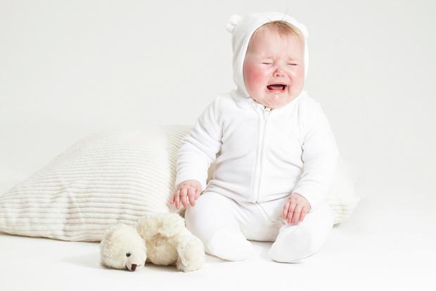 Почему ребенок плачет: причины