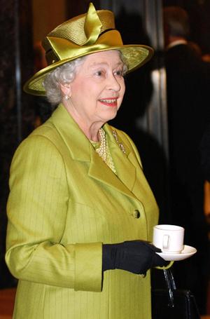 Фото №3 - На чай к Королеве: Елизавета II приняла принца Гарри и Меган Маркл в Букингемском дворце