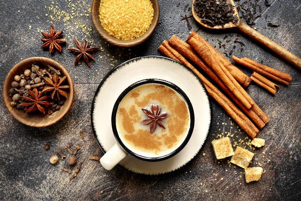 Фото №1 - 3 необычных рецепта чая, которые согреют в зимние холода