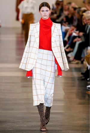 Фото №8 - Как носить шелковые платки: 10 самых простых и стильных способов