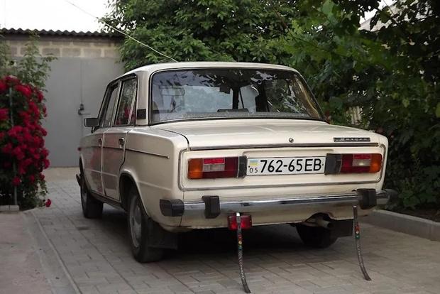 Фото №1 - Почему к бамперам советских автомобилей крепили резиновые хвостики