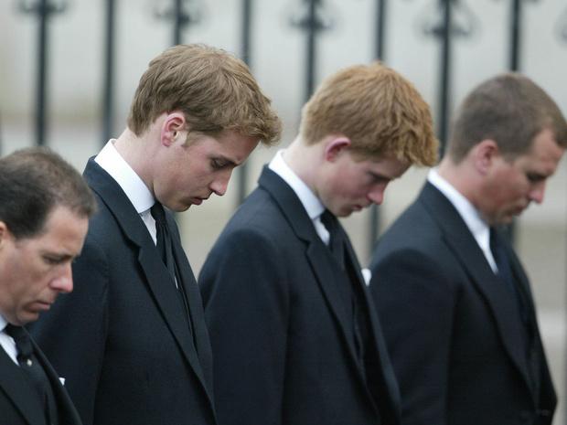 Фото №2 - Почему Королева решила «разделить» Уильяма и Гарри на похоронах принца Филиппа
